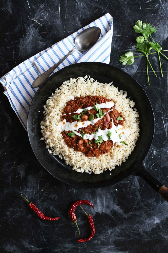 Chili con carne with rice and sour cream