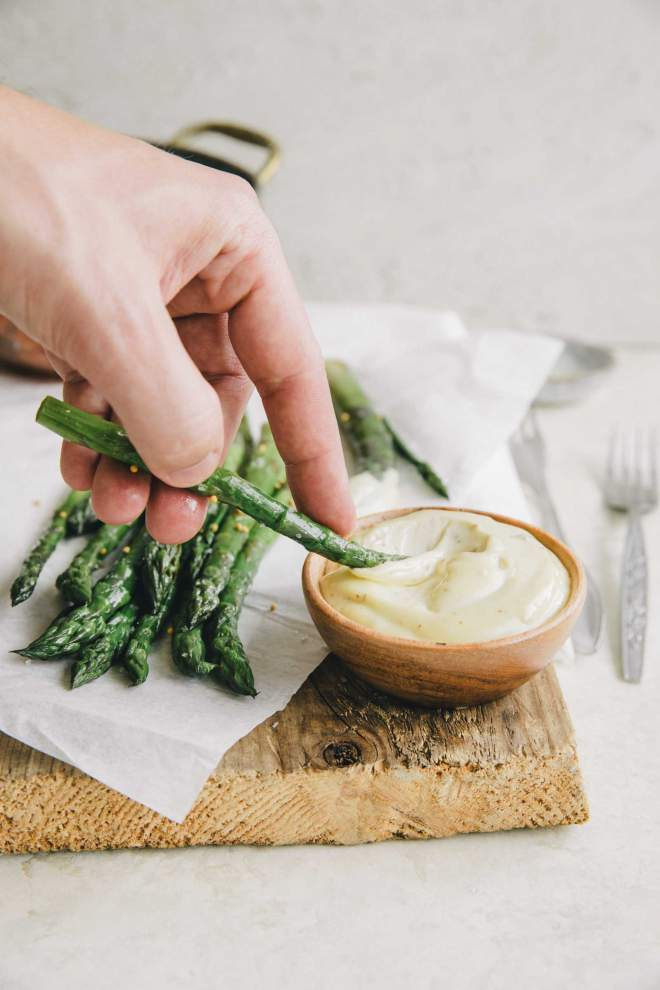 Grilled asparagus with anchovies mayo