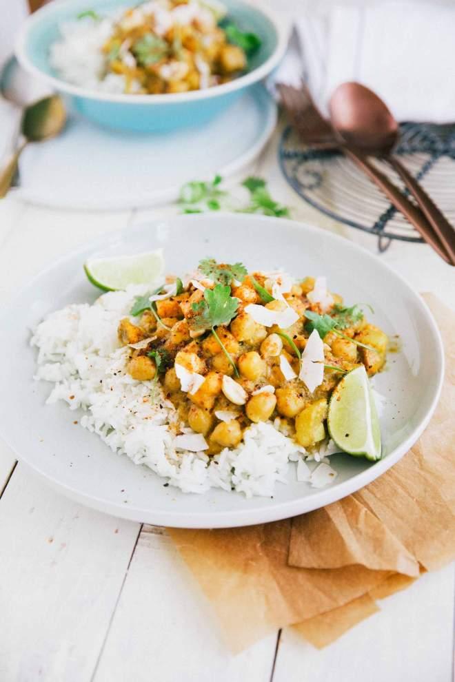 Curry iz sladkega krompirja in čičerike postrežene z rižem in kokosom